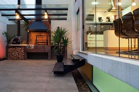 64- Área de churrasco protegida com teto de vidro. Projeto por FCstudio