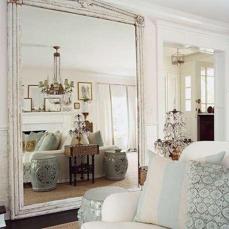 4. Espelho para sala traz mais sofisticação e charme ao ambiente.