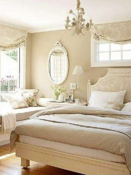 44. Decoração clássica com espelho para quarto todo bege – Foto: Pinterest