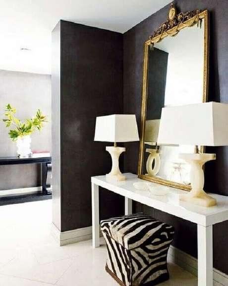 8. Aqui a decoração moderna ganhou um espelho decorativo com estilo clássico – Foto: Decostudio