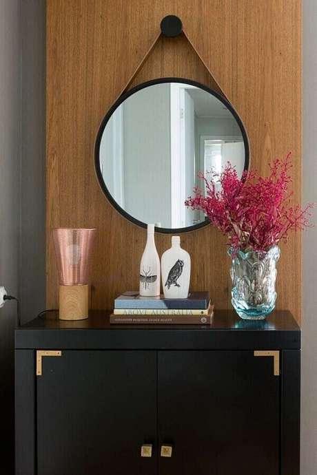 46. Decoração com espelho decorativo redondo com alça de couro – Foto: Casa de Valentina