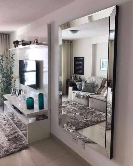 47. Decoração com espelho para sala branca e cinza com tapete felpudo – Foto: União Vidros