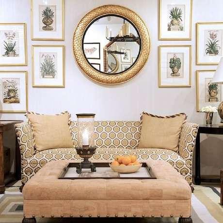 11. É possível misturar quadros e espelho para sala na decoração.
