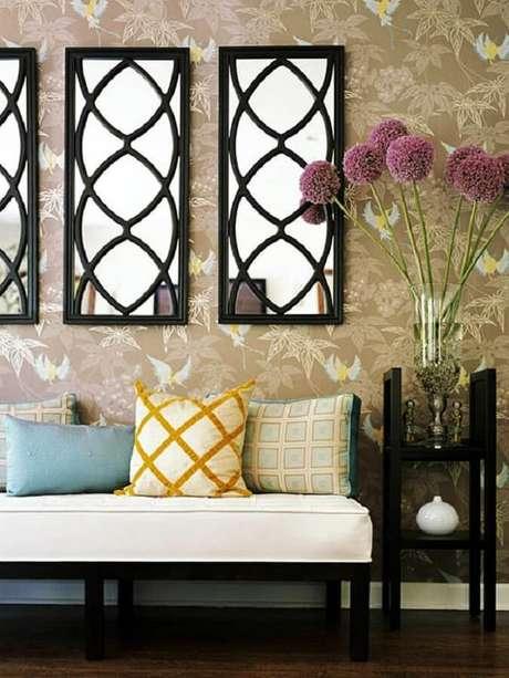 38. Escolha modelos de espelhos decorativos com molduras diferentes para dar um toque especial na decoração
