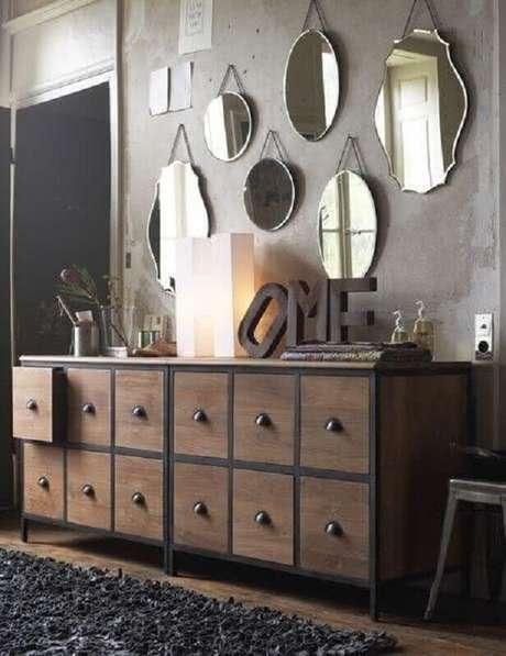 51. Decoração rústica com espelhos decorativos em parede de cimento queimado – Foto: Archzine