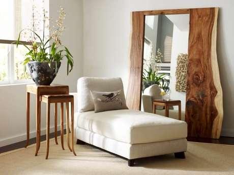 27. Para quem gosta de ambiente mais rústico, invista em uma espelho com moldura de madeira.