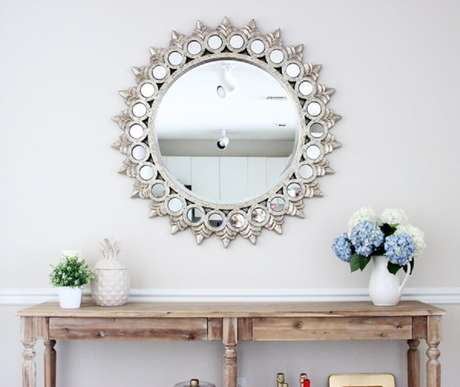 17. Modelos de espelhos com moldura diferente trás um toque especial na decoração