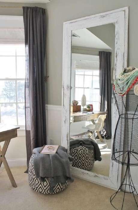 53. Ateliê de costura decorado com espelho decorativo com moldura branca rústica – Foto: Archidea