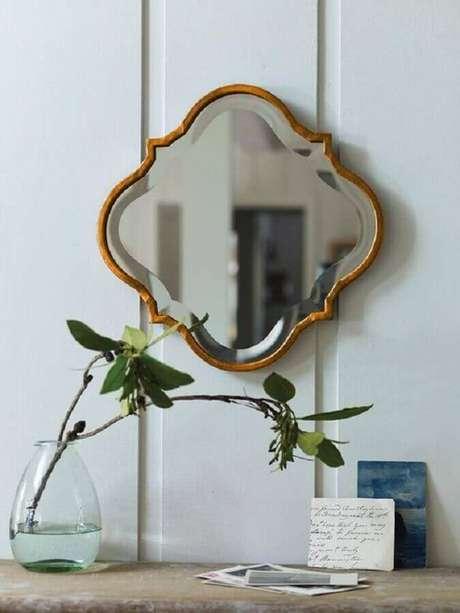 60. Espelho decorativo pequeno com moldura de madeira – Foto: Pinterest