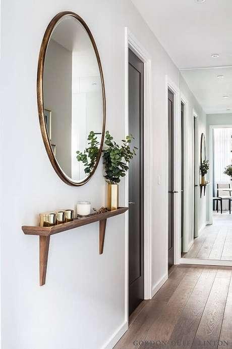 33. Para uma decoração escandinava, opte por modelos de espelhos com molduras simples.