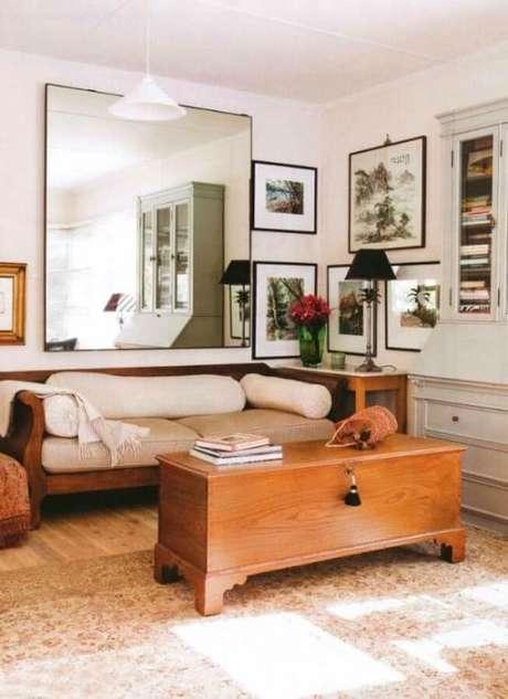 25. O espelho para sala ajuda a ampliar o espaço.