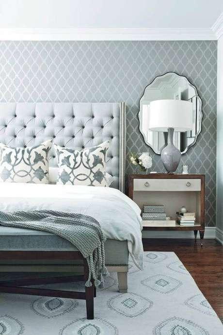 62. Quarto de casal cinza decorado com cabeceira capitonê e espelho decorativo sobre criado mudo – Foto: House Interior Designs