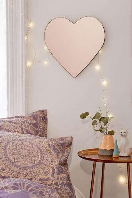 63. Modelo de espelho decorativo romântico em formato de coração – Foto: Urban Outfitters