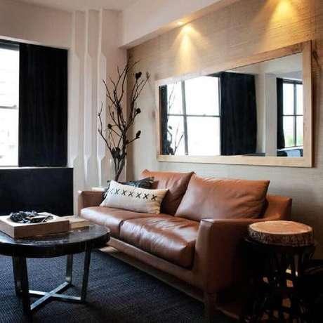 64. Espelho para sala de estar com sofá de couro e tapete cinza escuro – Foto: Home Design Interior