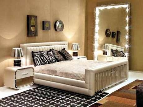 7. O espelho para quarto pode trazer luzinhas pisca piscas em torno da moldura proporcionando um ambiente mais aconchegante.