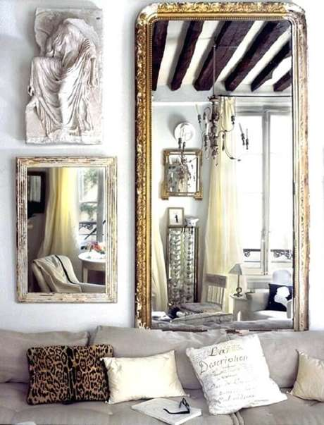36. Espelhos decorativos com molduras diferentes para sala