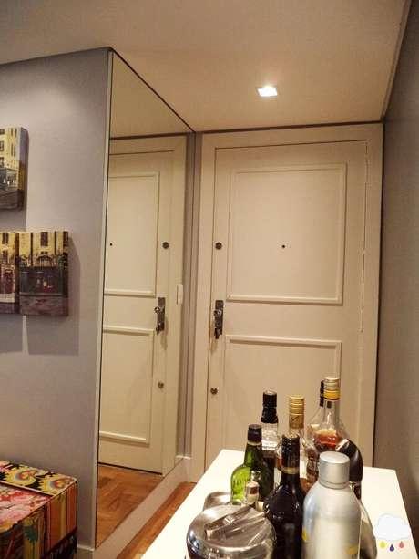 3. A decoração com espelho em um corredor, garante a sensação de um ambiente maior.