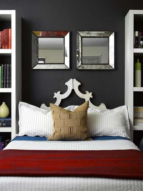 14. Uma boa ideia é usar espelhos decorativos na cabeceira da cama