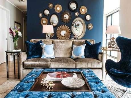 12. Sala ficou muito charmosa decorada com vários espelhos decorativos.