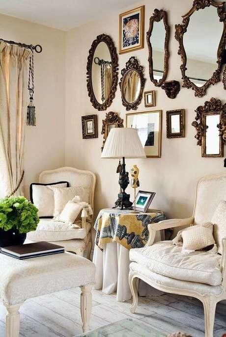 26. Invista em uma parede com muitos espelhos decorativos para o charme de sua sala.