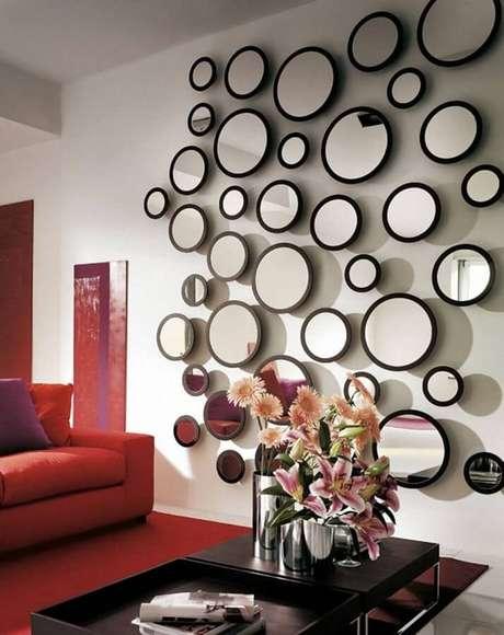18. Fazer uma parede decorada com vários espelhos decorativos usando a mesma moldura, também fica muito legal.