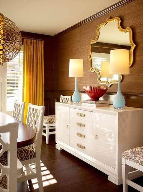 68. Decoração com modelo clássico de espelho para sala de jantar com moldura dourada – Foto: Table Ideias