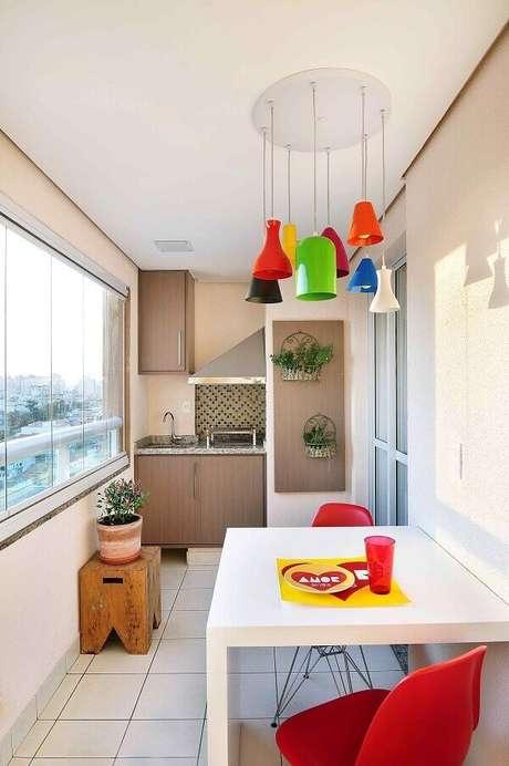 67- Varanda com área de churrasco compacta. Projeto por Madi Arquitetura e Design