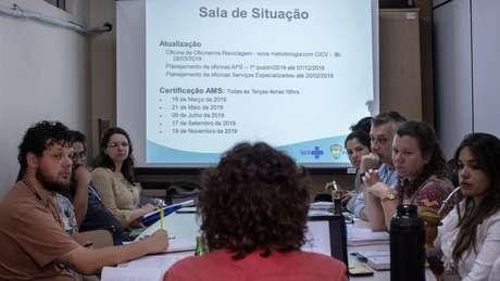 O programa inclui sessões de acompanhamento a cada dois meses com a Cruz Vermelha, como esta em Porto Alegre (RS)