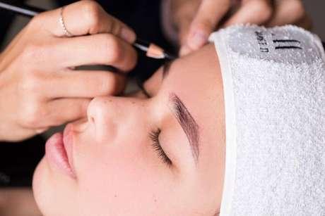 """No projeto """"Sobrancelhas do bem"""", a micropigmentação é usada para ajudar pessoas que tiveram problemas com o crescimento dos pelos após o tratamento."""
