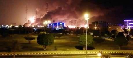 Fumaça e fogo na refinaria em Abqaiq eram vistos de longe