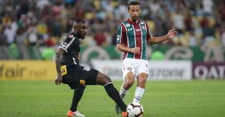 Manoel e Nenê disputam bola no confronto entre Flu e Corinthians pela Sul-Americana (Lucas Merçon/Fluminense)