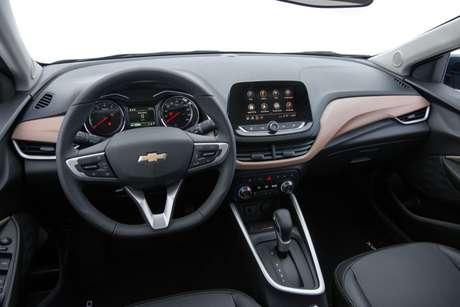 O painel vem com tela multimídia embutida na parte superior e o volante agora tem a base reta