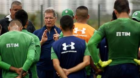 Oswaldo de Oliveira durante atividade no CT Pedro Antonio (Foto: Mailson Santana/Fluminense)