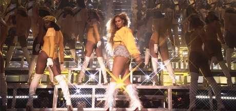 Cantora Beyoncé em performance retratada pelo documentário Homecoming