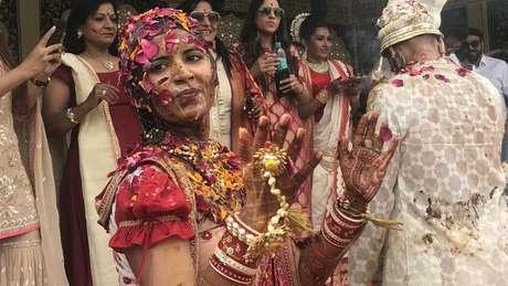 Vidhi nos festejos de seu casamento; ela e Karan encontraram semelhanças em sua criação, hobbies e status socioeconômico