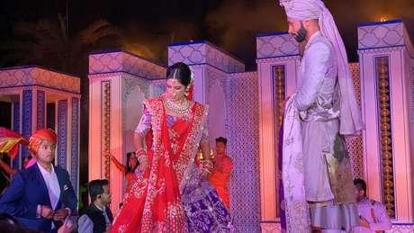 Casamento de Karan e Vidhi: ela usou um vestido que pesava 12 kg e joias diversas
