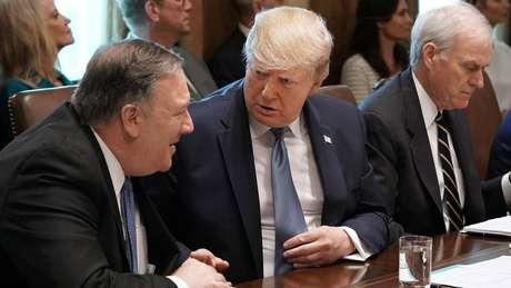 Mike Pompeo (à esquerda), secretário de Estado dos EUA, se apressou em responsabilizar o Irã pelos ataques