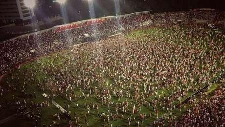 Torcida do Náutico invadiu o gramado do estádio para comemorar o acesso