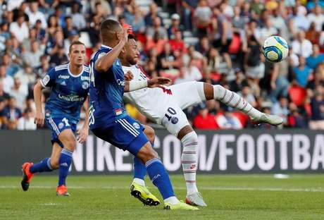Neymar ajeita o corpo para marcar golaço pelo PSG