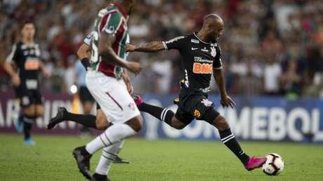 O atacante Vagner Love chuta a bola durante duelo entre Fluminense e Corinthians em Brasília (Foto: AFP)