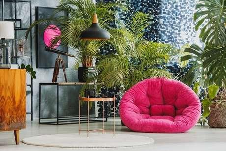 16. Decoração para ambientes com vários vasos de plantas e puff rosa – Foto: Habitissimo