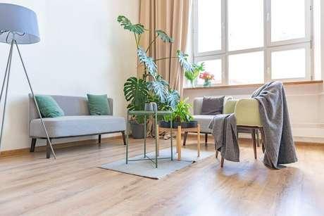 2. Decoração para sala com ampla janela e vaso com costela de Adão – Foto: Habitissimo