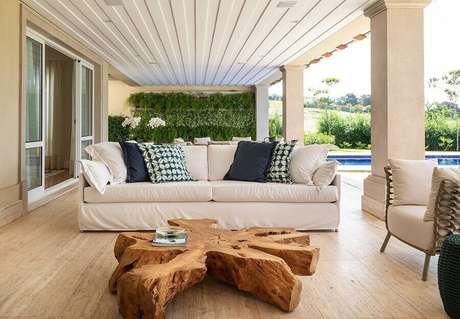 4. Decoração para varanda com móveis rústicos e sofá branco – Foto: Habitissimo