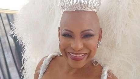 Aos 54 anos, a popular ex-rainha voltou a sorrir ao posar como modelo