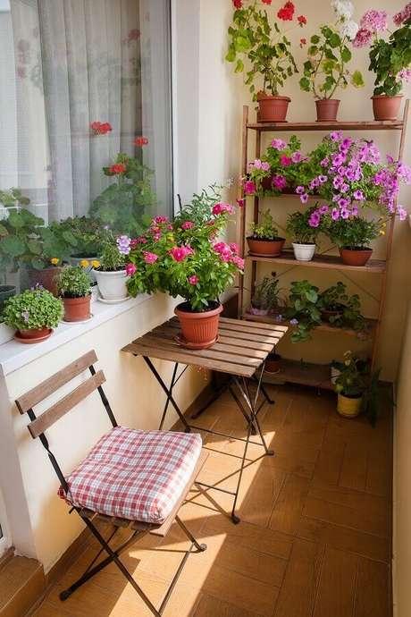 7. Vasos de flores para decoração de varanda pequena – Foto: Habitissimo