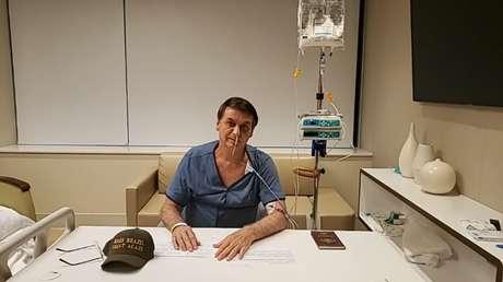 O presidente Bolsonaro em live feita do quarto do hospital