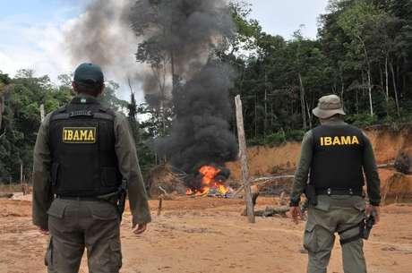 Agentes do Ibama destroem equipamentos apreendidos em operação contra o desmatamento ilegal na Amazônia