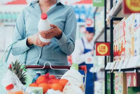 Ler os rótulos antes da compra é fundamental para garantir uma alimentação equilibrada!