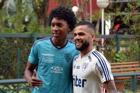Daniel Alves é tietado por jogador do Del Valle.