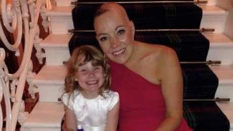 Suzanne com a filha durante o tratamento